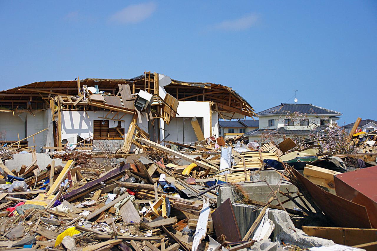 地震で崩壊した家屋AC