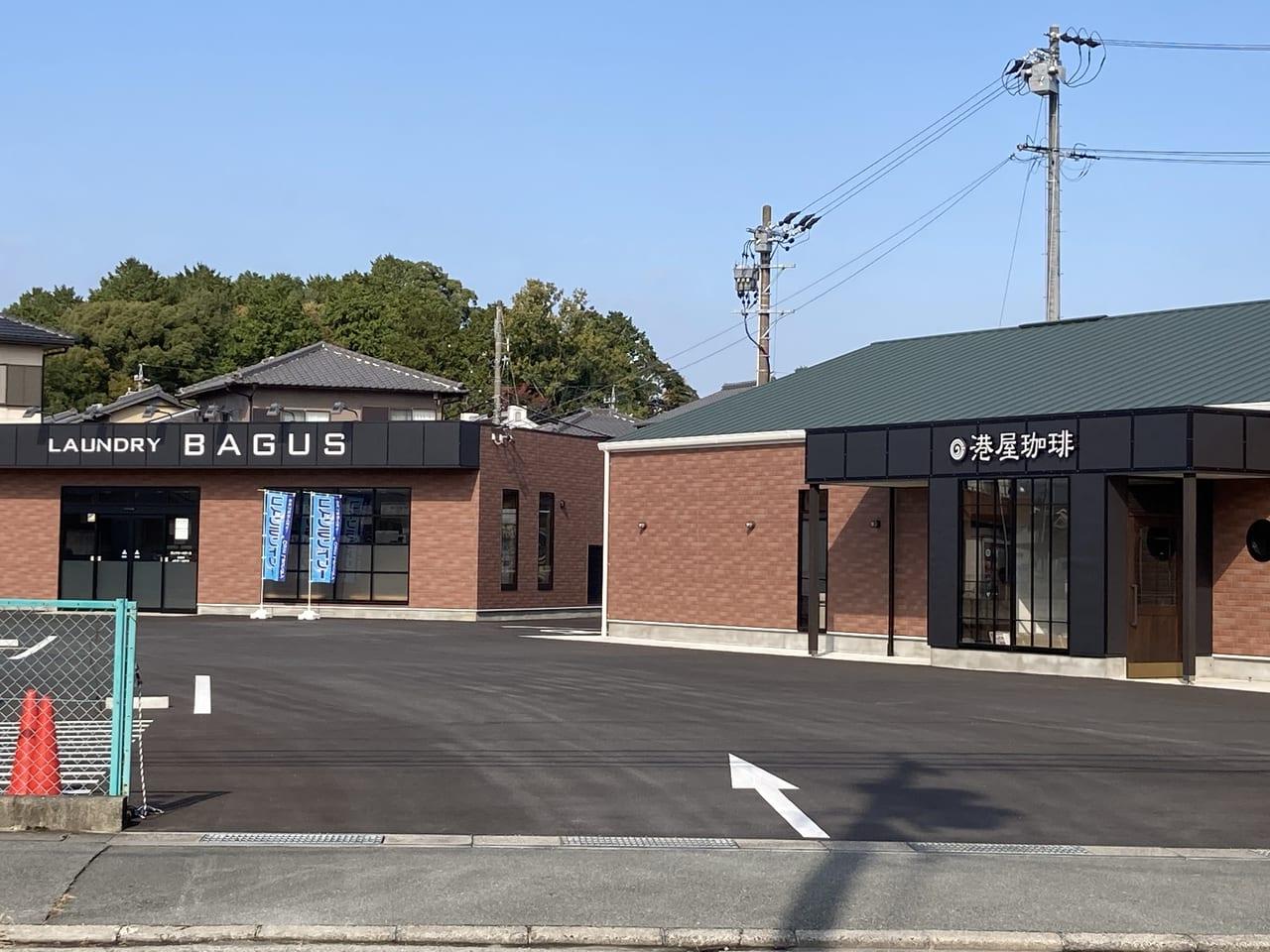 港屋珈琲松阪店店舗とコインランドリ―が写った画像